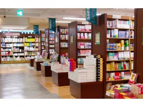 15年度の出版関連業者の総売上高は減少するものの、文芸ヒット続き「書店経営」のみ増加