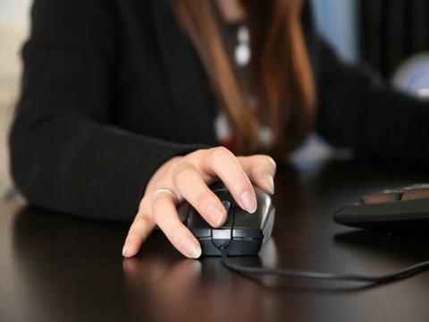女性の育児休業取得実績がある企業84% 代替要員の確保とコストが課題