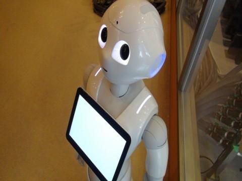 NTT東日本、窓口応対支援でロボット納入を加速 5年後には1万台へ