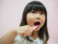 画・子と_もの歯磨き中の喉突き事故に注意 6歳以下て_多数発生