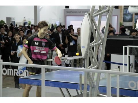 オムロン、リオ五輪のメダリスト、水谷隼選手とラリーが出来る卓球ロボット披露