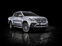 Beim Genfer Auto-Salon Anfang März feiert die Mercedes-Benz X-Klasse mit kraftvollem Sechszylindermotor und permanentem Allradantrieb 4MATIC ihre Weltpremiere. (Vorläufige Werte: Kraftstoffverbrauch kombiniert: 9,0 l/100 km, CO2-Emissionen kombiniert: 237 g/km) Mercedes-Benz X 350 d 4MATIC, Exterieur, diamantsilber metallic, Ausstattungslinie POWER, Rollcover schwarz, Sports Bar // At the Geneva Motor Show in early March, the Mercedes-Benz X-Class with powerful six-cylinder engine and 4MATIC permanent all-wheel drive will celebrate its world premiere. (Provisional figures: fuel consumption combined: 9.0 l/100 km, combined CO2 emissions: 237 g/km) Mercedes-Benz X 350 d 4MATIC, Exterior, diamond silver metallic, equipment line POWER, Rollcover black, Sports Bar