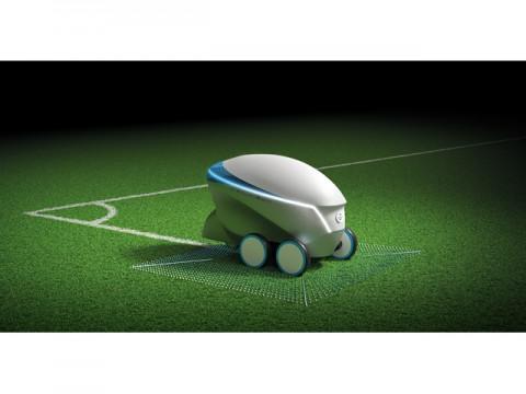 日産、UEFA決勝戦でサッカーのピッチに自動で白線を引くロボットを披露