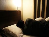 画・「不眠症の疑いあり」44%。原因は精神的な疲労。