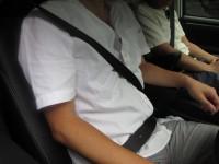 画・後席シートベルト着用義務10年、着用率4割未満。危険性認知せず。