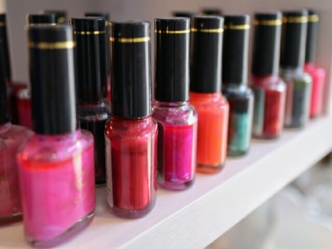 国内化粧品の販売チャネル。ドラッグストア等実店舗は不調。ECにシフト傾向進む