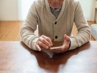 画・「コロナフレイル」。「交流低下」が認知力低下に。2025年、65歳以上の5人に1人が認知障害。